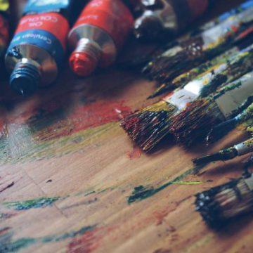 Tuben mit Ölfarben und Pinsel