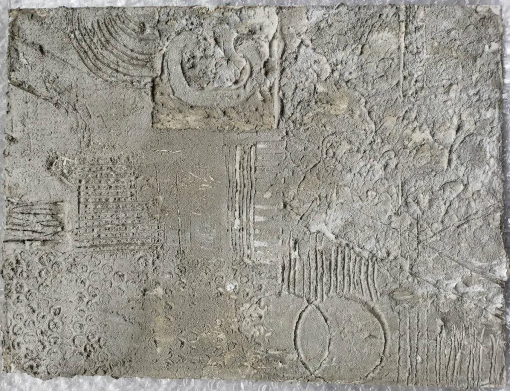 Abdrücke verschiedener Materialien in der Strukturpaste