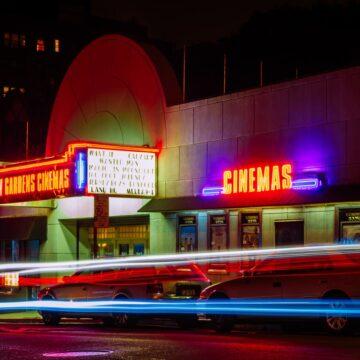 Kino mit Leuchtschrift